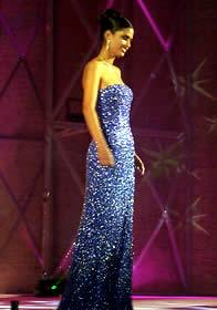 Elección Reina de Cuenca 2003 .- Radiante y hermosa luce Rebeca en su salida en traje de noche