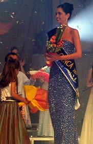 Elección Reina de Cuenca 2003 .- El jurado había deliberado y su decisión designó a Rebeca Flores Jaramillo como la nueva Reina de Cuenca 2003 2004