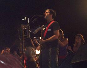 Concierto de Molotov en Cuenca .- Desde sus comienzos, Molotov llamó la atención con sus letras descalificadoras e irónicas, y con sus presentaciones en vivo donde sus integrantes alternaban instrumentos. No se cuestionaron previamente si la aceptación de su propuesta correspondía a lo establecido como modelo de rock típicamente mexicano.
