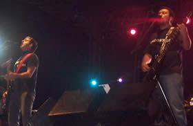 Concierto de Molotov en Cuenca .- En la entrega del Grammy Latino 2003, el grupo mexicano obtuvo el premio al mejor video por 'Frijolero', tema que consta en su cuarto disco.