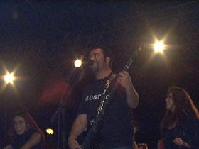 Concierto de Molotov en Cuenca .- Molotov nació en 1995. Tras algunos ajustes de integrantes el cuarteto definitivo quedó conformado por Micky Huidos Huidobro (Bajo/Voces), Tito Fuentes (Guitarra/Voces), Paco Ayala (Bajo/Voces) y Randy El Gringo Loco Ebright (Batería/Voces).