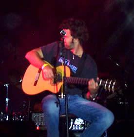 Concierto de Jarabe de Palo en Cuenca .- El momento cumbre de la agrupación llegó en 1996, tras la salida de su álbum debut La Flaca. Dos años después, dieron vida a Depende. De ahí en adelante Jarabe de Palo se convirtió en una de las bandas más respetadas y exitosas de la escena musical de habla hispana. Con este par de joyas musicales, los ibéricos obtuvieron un total de 14 discos de platino. A la vez, lograron excelentes reconocimientos como los Premios Ondas, Amigo de España, Música Carlos Gardel de Argentina y Música de Colombia, todos ellos en diferentes categorías.