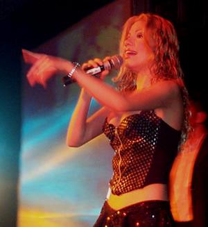 Presentación de Sharon en el Hilton .- 'En 1998 inicia la promoción de su primer disco compacto titulado Sharon Corazón Valiente'