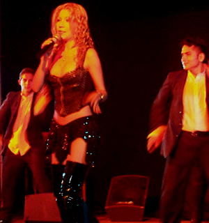 Presentación de Sharon en el Hilton .- 'Para el año 1999 acapara escenarios peruanos, y vuelve a ser portada de revistas y diarios del país,  declarandole como Reina de la Música Tropical'
