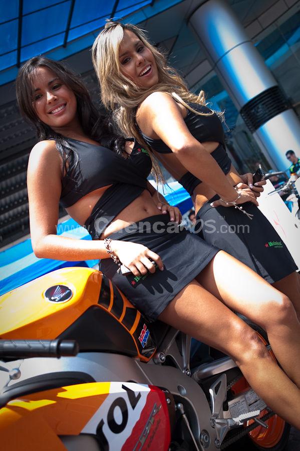 Motos y Modelos en Plaza Bocatti .- El Sábado 4 de Abril decenas de Motociclistas Cuencanos llevaron sus vehículos para una Exhibición donde muchos aficionados pudieron apreciar la belleza de estas maquinas y admirar a hermosas modelos.