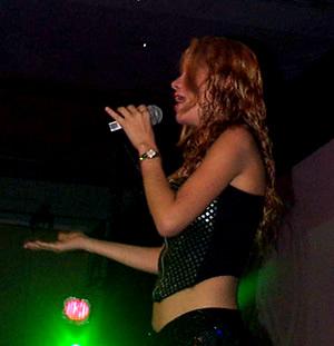 Presentación de Sharon en el Hilton .- En el año 2000 fue invitada a la Teleton de Costa Rica donde brindo un concierto masivo con gran éxito.