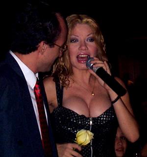 Presentación de Sharon en el Hilton .- 'Para finales del 2000 lanza su tercer CD titulado Acariciame'