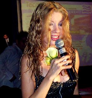 Presentación de Sharon en el Hilton .- 'Sharon es una mujer hermosa que mide 1,72 es de tez blanca, y de ojos verdes'
