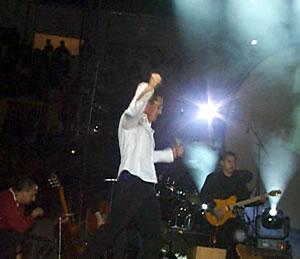 Concierto de Juan Fernando Velasco en Cuenca .- La primera interpretación del cantautor quiteño fue No te vayas hoy, que fue opacada por el bullicio ensordecedor de la audiencia.