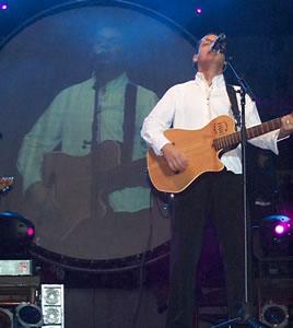 Concierto de Juan Fernando Velasco en Cuenca .- Juan Fernando esconde varias facetas, la de niño con dos padres, la de esposo, padre y la de un músico comprometido.