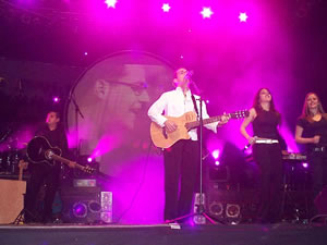 Concierto de Juan Fernando Velasco en Cuenca .- Una de sus composiciones recientes, Yo nací en este país, la cantó con sus coristas Alejandra Bayas y Anabel Naranjo