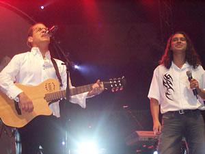 Concierto de Juan Fernando Velasco en Cuenca .- Velasco compartió el show con Mauricio Calle (Bajo Sueños) en la pieza Déjame
