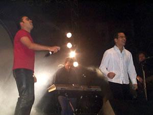 Concierto de Juan Fernando Velasco en Cuenca .- Álex Cenón integrante del grupo Signos Diferentes compartió el escenario junto a Juan Fernando Velasco con el tema Tarjetitas