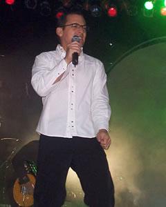 Concierto de Juan Fernando Velasco en Cuenca .- Aunque el encuentro con la música fue tardío, fue decisivo. El momento clave llegó cuando conoció a Felipe Jácome. 'Mi grupo se llama Tercer Mundo y sabemos que vos tienes un teclado chiquitito'. Con esas palabras lo convencieron de integrar la banda. 'En realidad, él invitó al teclado y yo venía endosado a él', cuenta entre risas. Velasco ahora tiene 32 años y se ha convertido en el artista pop con mayor proyección internacional en el Ecuador