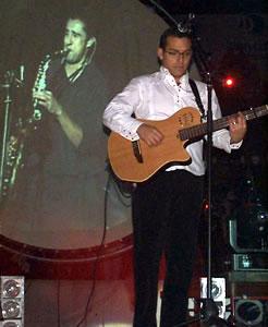 Concierto de Juan Fernando Velasco en Cuenca .- Sus éxitos más sonados son Tanto amor, Chao Lola, entre otros. Dice que compone y crea mejor cuando siente dolor o cuando siente una fuerte depresión.