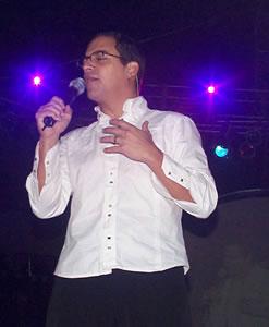 Concierto de Juan Fernando Velasco en Cuenca .- Juan Fernando como músico profesional se inició con el grupo Tercer Mundo, donde estuvo 10 años. Tiene 32 años de edad. Estudió para ser economista y luego terminó con comunicación