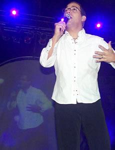 Concierto de Juan Fernando Velasco en Cuenca .- Con una invitación a cantar nuestra música, mientras en la pantalla redonda aparecían imágenes de niños indígenas, el tren y Quito antiguo, Velasco interpretó Ángel de luz y El aguacate