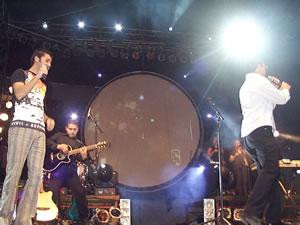 Concierto de Juan Fernando Velasco en Cuenca .- Darío Castro vocalista de Verde 70 entre saltos, aplausos, y la euforia del público interpretó junto a Juan Fernando el tema Dicen.
