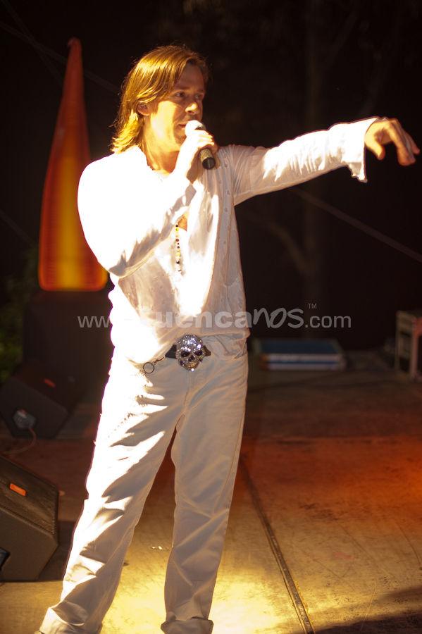 El Símbolo .- El Símbolo es un grupo argentino de Dance o latin-pop, formado inicialmente por Frank Madero, Ramón Garriga, Tote Puerta, Nazarena Falero y Lorena Taibo. Gozaron de éxito y popularidad a comienzos de los 90 y su fama se extendió durante toda esa década. La banda de formó en el año 1993 en la Provincia de Buenos Aires. En 1994 lanzaron al mercado su primer sencillo titulado No te preocupes, incluido en su álbum debut El Símbolo, el cual llegó a los primeros puestos de las radios nacionales aquel año. Durante 1995 realizaron una gira por Chile. En diciembre de ese mismo año editan Madagascar, su segundo disco que salió a la venta finalmente el año posterior. Posteriormente, se trasladaron a Brasil durante mes y medio. Al regresar a Argentina, presentan el segundo sencillo de su segundo álbum, titulado Te quedas junto a mi. Ese mismo año, Garrica, deja la formación y comienza su andadura en el mundo musical en solitario. Más tarde, ese año, presentan Levantando las manos y Dame el jamón sencillos ambos incluidos en un compilado dance, como parte de un adelanto de su tercer trabajo discográfico. En 1997 lanzan este esperado disco titulado No Pares!. El primer sencillo fue Toda la noche y el segundo fue 1,2,3. Dos años más adelante, en 1999 sale Hit Mix, CD con remixes de sus canciones más conocidas y en el 2000 Simbódromo, con canciones como Parate y baila, Levantando las manos,1,2,3, Canta, etc.