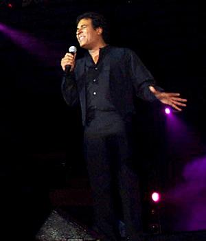 Show de Julio Sabala Imitomanía .- El artista nacido en Santo Domingo el 26 de agosto de 1963 se marchó a los 15 años de edad de su país con un circo juvenil