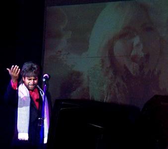 Show de Julio Sabala Imitomanía .- 'El escenario tiene dos pantallas gigantes, y en esas pantallas están pasando secuencias de un video que realizan Andrea Bocelli,  junto a Martha Sanchez'