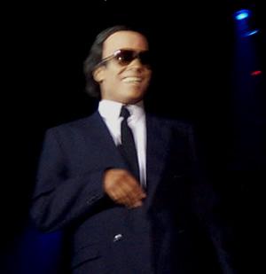 Show de Julio Sabala Imitomanía .- Uno de los personajes que más han acompañado a Julio Sabala en sus presentaciones y que a la gente le gusta mucho es Julio Iglesias