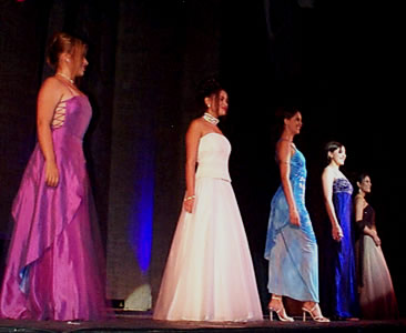 Reina de Cuenca 2002 .- María Belés Borrero, María Victoria Arbeláez, Paula Silva, Andrea Loyola, Tatiana Palacios en su presentación en traje de noche