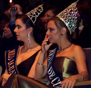 Reina de Cuenca 2002 .- Miss Ecuador junto a María Lorena Salazar Reina de Cuenca 2001-2002