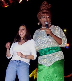Show de Julio Sabala Imitomanía .- La representación que Julio Sabala hace de Celia Cruz se dio tiempo hasta para bailar y cantar junto al público en el escenario