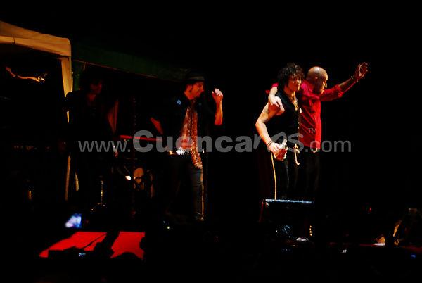 Bunbury Hellville de Tour 2009 .- En la provincia del Azuay Sigsig marca historia en el 2009, con la incredulidad de muchos y pese a la suspensión temporal del concierto por inconvenientes técnicos, el domingo 11 de octubre con un marco de 10000 espectadores Enrique Bunbury cantautor español – ex integrante de Héroes del Silencio- nos presento su HELLVILLE DE TOUR 2009, con temas  como el Club de los Imposibles, El Extranjero, Infinito, Alicia, Lady Blue, dio un  recorrido por su trabajo discográfico además de un plus con temas de Héroes del Silencio como la  Herida,  Apuesta por el Rockn Roll y un gran cierre con la Chispa Adecuada. Juan Picon de www.Cuencanos.com te presenta fotos exclusivas de este evento.