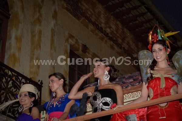 Elección Traje Típico de Candidatas a Reina de Cuenca 2009 .- El miércoles 21 de octubre se realizo desde las 18h00 el desfile en Carrozas de las candidatas a Reina de Cuenca 2009 donde lucían hermosos trajes típicos creados por reconocidos diseñadores de nuestro país. Luego del recorrido por las principales calles de la ciudad las candidatas llegaron a un escenario ubicado en la esquina de la calle bolívar y Luis cordero, ahí se realizo el evento de elección del mejor traje.