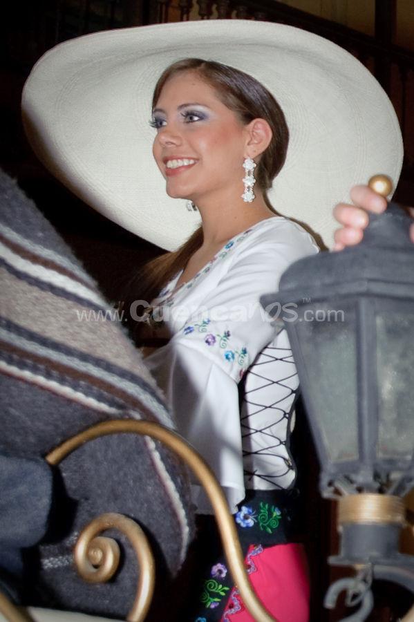 Elección Traje Típico de Candidatas a Reina de Cuenca 2009 .- Maria Elisa Duque - Candidata a Reina de Cuenca 2009 <br>El miércoles 21 de octubre se realizo desde las 18h00 el desfile en Carrozas de las candidatas a Reina de Cuenca 2009 donde lucían hermosos trajes típicos creados por reconocidos diseñadores de nuestro país. Luego del recorrido por las principales calles de la ciudad las candidatas llegaron a un escenario ubicado en la esquina de la calle bolívar y Luis cordero, ahí se realizo el evento de elección del mejor traje.