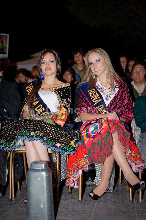 Elección Traje Típico de Candidatas a Reina de Cuenca 2009 .- Tatiana Dávila Avila y Daniela Arias- Virreina y Reina de Cuenca 2008 (respectivamente) <br>El miércoles 21 de octubre se realizo desde las 18h00 el desfile en Carrozas de las candidatas a Reina de Cuenca 2009 donde lucían hermosos trajes típicos creados por reconocidos diseñadores de nuestro país. Luego del recorrido por las principales calles de la ciudad las candidatas llegaron a un escenario ubicado en la esquina de la calle bolívar y Luis cordero, ahí se realizo el evento de elección del mejor traje.