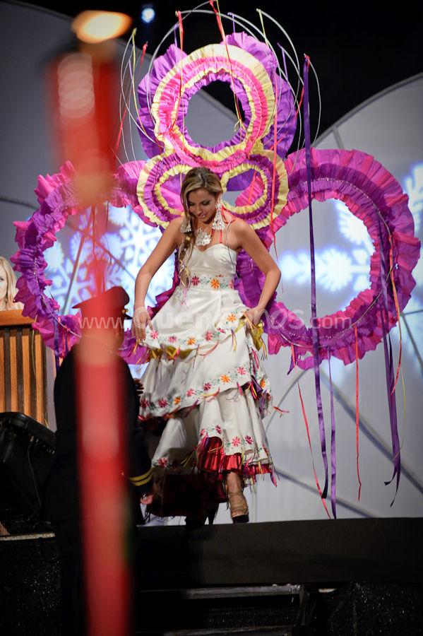 Elección Traje Típico de Candidatas a Reina de Cuenca 2009 .- Ana Elisa Arteaga - Candidata a Reina de Cuenca 2009 <br>El miércoles 21 de octubre se realizo desde las 18h00 el desfile en Carrozas de las candidatas a Reina de Cuenca 2009 donde lucían hermosos trajes típicos creados por reconocidos diseñadores de nuestro país. Luego del recorrido por las principales calles de la ciudad las candidatas llegaron a un escenario ubicado en la esquina de la calle bolívar y Luis cordero, ahí se realizo el evento de elección del mejor traje.