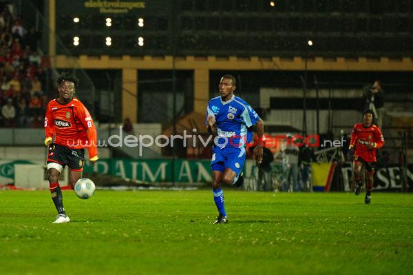 Deportivo Cuenca vs Espoli 30 de Octubre del 2009 .- Gracias a un tanto de su goleador, Édison Preciado, los morlacos se impusieron a Espoli y se mantienen con una racha perfecta de 3 victorias en el Grupo 2. El Gallito nunca renunció a buscar el empate, pero le faltó suerte y precisión.  La noche de este viernes, en el cotejo que inauguró la fecha tres de los cuadrangulares finales, Deportivo Cuenca se impuso en casa (1x0) a Espoli. Con este nuevo triunfo, los morlacos extienden su racha perfecta a 3 victorias en 3 partidos y se mantienen en la punta de su llave con 9 unidades. Por otro lado, el Gallito queda complicado a pesar de que en un tramo del partido hizo los méritos para empatar.