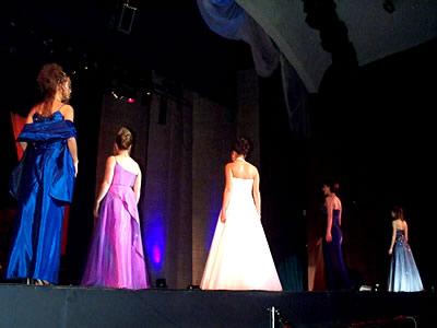 Reina de Cuenca 2002 .- Las candidatas en su salida luego del desfile en traje de gala