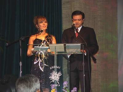 Elección Reina del Azuay 2004 .- Patricia Barba junto a Fernando Reino conductores del evento