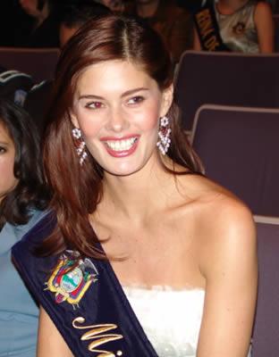 Elección Reina del Azuay 2004 .- Entre el jurado se encontró como invitada de honor María Susana Rivadeneira Miss Ecuador 2004 quien con su carisma cautivó a los presentes.