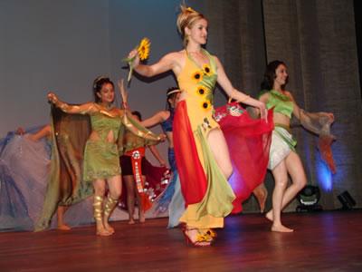 Elección Reina del Azuay 2004 .- El primer desfile contó con una coreografía con representaciones de rasgos de nuestra cultura, los trajes que vistieron las candidatas fueron elaborados por la Facultad de Diseño de la Universidad del Azuay en estos diseños se destacaron elementos típicos de los diferentes cantones.