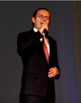 Elección Reina del Azuay 2004 .- La música se puso de manifiesto en la voz del solista cuencano Juan Manuel Ochoa que por segundo año fue invitado a cantar en el certamen