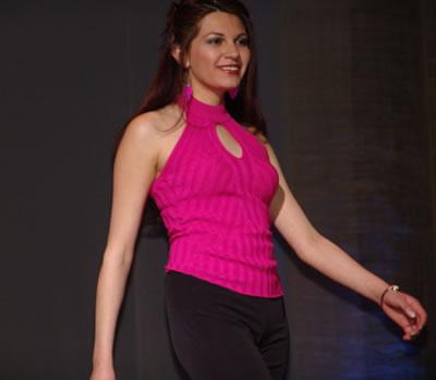 Elección Reina del Azuay 2004 .- Karina Fernández nació el 6 de julio de 1984, mide 1.68m, cabello castaño oscuro, ojos negros, cursa el Segundo Ciclo de Estudios Internacionales, le gusta la lectura, el baile y pasar tiempo con sus amigos.