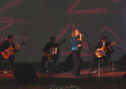 Elección Reina del Azuay 2004 .- Luego de saber un poco más de las seis concursantes, fue el momento de escuchar al grupo quiteño Quimera, quienes hicieron corear sus canciones al público que se dio cita en el Auditorio del Banco Central.
