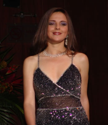 Elección Reina del Azuay 2004 .- Adriana Zúñiga durante su participación en traje de gala