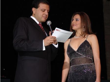 Elección Reina del Azuay 2004 .- Adriana Zúñiga durante la pregunta realizada por Fernando Reino