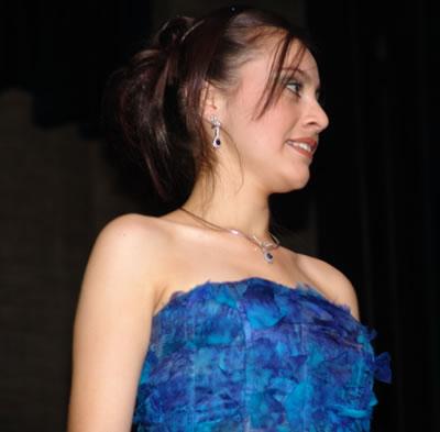 Elección Reina del Azuay 2004 .- Ruth Andrade durante su presentación en traje de gala