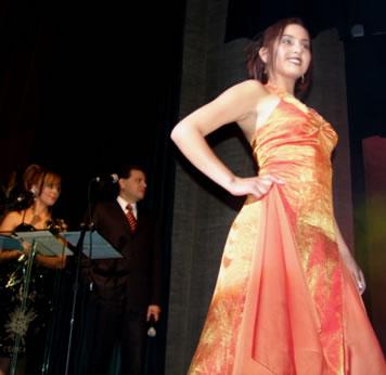 Elección Reina del Azuay 2004 .- Gladys Matute representante del cantón Sevilla de Oro fue la más joven de las participantes con apenas 16 años
