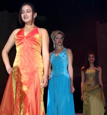Elección Reina del Azuay 2004 .- Poco a poco la noche se iba acercando a su fin y en su última aparición las participantes lucieron sus mejores galas, el desfile en traje de noche estuvo acompañado de la entrevista que serviría para que el jurado calificador seleccione a las tres finalistas.