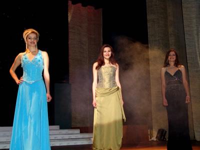 Elección Reina del Azuay 2004 .- Las finalistas fueron seleccionadas y estos nombres fueron los que se escucharon: Adriana Zúñiga, Jessica Ortíz y Karina Fernández