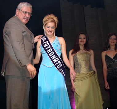 Elección Reina del Azuay 2004 .- La designación de Señorita Patronato recayó sobre Jessica Ortíz representante de Paute, impuso la banda el Ing. Marcelo Cabrera Prefecto del Azuay.