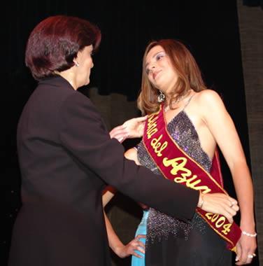 Elección Reina del Azuay 2004 .- El público se puso de pie y todos aplaudieron a la nueva reina de la belleza de la provincia, Adriana Zúñiga representante de Chordeleg, será durante un año la reina de los azuayos, la Señora Mireya Vélez le impuso la banda y Marcela León le entregó la corona.